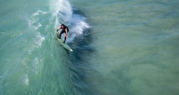 Surfeur en équilibre sur la vague