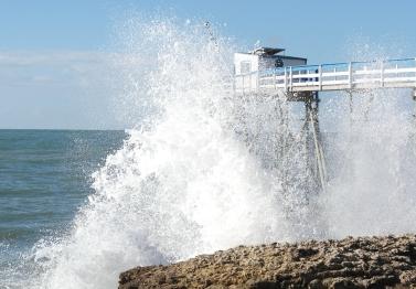 explosion de la vague sur les rochers tel le mental qu